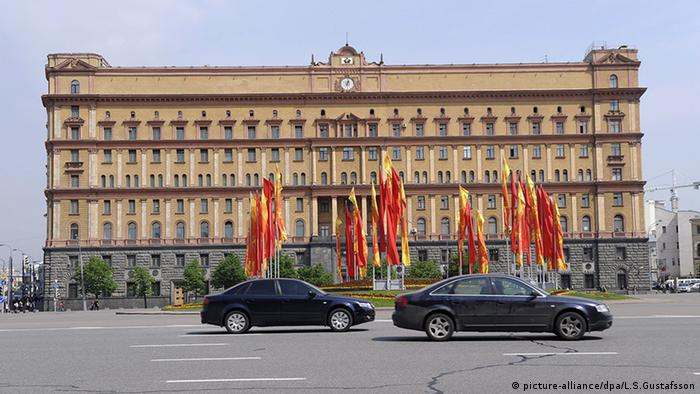 Cars drive in front of the FSB headquarters in Russia (picture-alliance/dpa/L.S.Gustafsson)