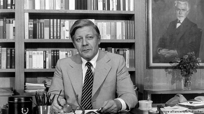 Bonn 1976 Bundeskanzler Helmut Schmidt im Arbeitszimmer (picture-alliance/dpa/F. Fischer)