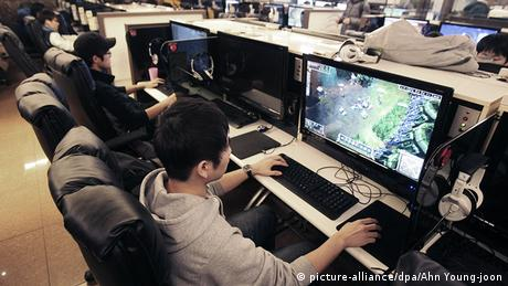 Internet Café LAN Party MMO Seoul StarCraft (picture-alliance/dpa/Ahn Young-joon)