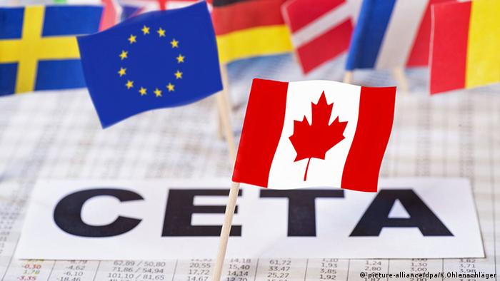 EU, Canadian flag, sign reading CETA (picture-alliance/dpa/K.Ohlenschläger)