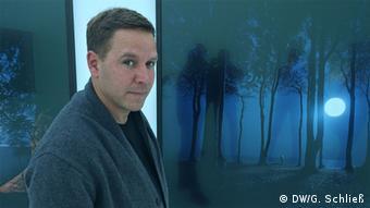Andreas Mühe vor seinen Landschaftsbildern (Foto: DW/G. Schließ)