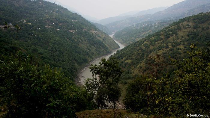 Schmale, dicht bewachsenes Tal mit Fluss in der Sohle