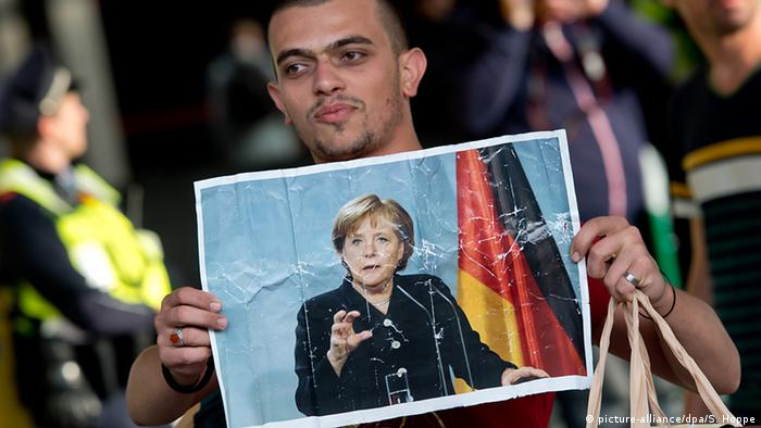 Deutschland München Ankunft von Asylsuchenden Poster Merkel (picture-alliance/dpa/S. Hoppe)