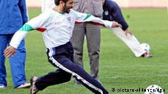 Fußball - Irans Staatspräsident Mahmoud Ahmadinedschad beim Training