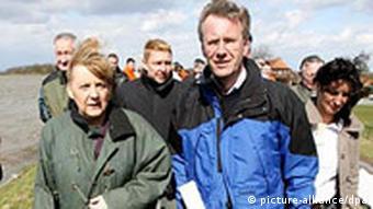 Merkel und Wulf besucht Hochwassergebiet an der Elbe