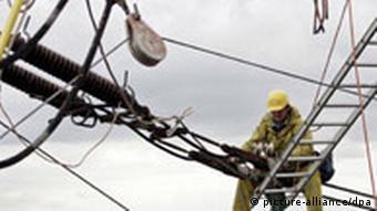 BDT Arbeiter hängt in den Kabeln
