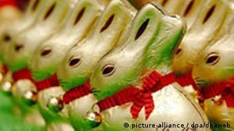 Schokohasen hüpfen zu Ostern in klassischem Outfit in die süßen Nester