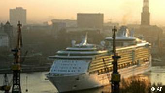 Die Freedom of the Seas laeuft am Montag, 17. April 2006, frueh morgens in Hamburg ein. BdT