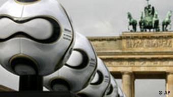 BdT Fußball WM Fußball vor Brandenburger Tor