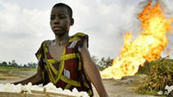 Nigeria Öl im Niger Delta Frau mit Essen