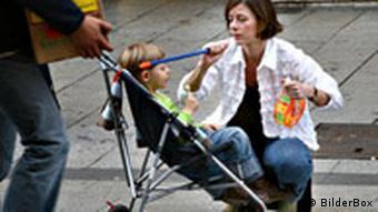 Eltern mit Kind in Klappwagen