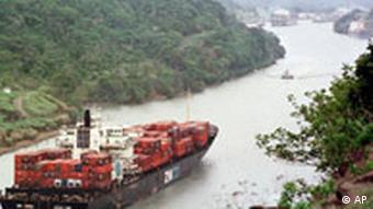 Ein Container-Schiff passiert den Panama Kanal