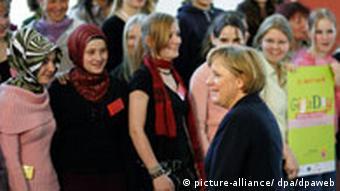 BdT Bundeskanzlerin Angela Merkel (vorne) stellt sich am Dienstag (25.04.2006) im Kanzleramt in Berlin mit Berliner Schülerinnen zum Auftakt des bundesweiten Girl's Day zu einem Gruppenfoto auf.