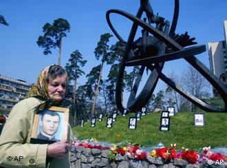 Eine Frau erinnert am Mahnmal für die Tschernobyl-Opfer an ihren toten Sohn