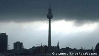 Tiefe Wolken über dem Berliner Fernsehturm