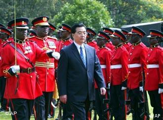 Hu Jintao mit keniaischen Soldaten (Archivfoto, Quelle: AP)
