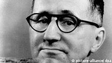 Der Geburtstag des Schriftstellers Bertolt Brecht (Foto von 1956) jährt sich am 10. Februar zum 100. mal. International bekannt wurde Brecht durch die mit dem Komponisten Kurt Weill verfasste Dreigroschenoper, die 1929 in Berlin mehr als 250mal aufgeführt wurde. 1933 flüchtete Brecht vor den Nationalsozialisten ins Ausland. 1949 Rückkehr nach Ost-Berlin, wo er mit seiner Frau Helene Weigel das Berliner Ensemble gründete. Zu seinen bekanntesten Stücken zählt u.a. Mutter Courage und ihre Kinder, Der gute Mensch von Sezuan und Der kaukasische Kreidekreis. Bert Brecht starb am 14. August 1956 in Ost-Berlin an den Folgen eines Herzinfarkts. Mit mehr als 100 Veranstaltungen von der Ausstellung bis zum Kabarettabend ehrt die Stadt Berlin in diesem Jahr ihren großen Sohn. Nach zweijähriger Umbauzeit wird dort auch das Brechthaus wiedereröffnet.