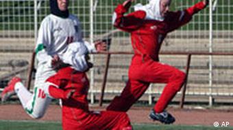 صحنهای از دیدار تیم فوتبال دختران برلین (قرمزپوش) با تیم ملی فوتبال دختران ایران