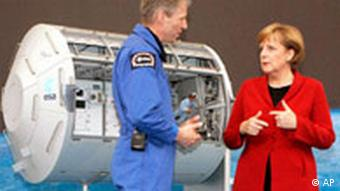 Thomas Reiter und Angela Merkel (Foto: AP Photo/Joerg Sarbach)