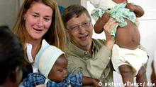 Bill und Melinda Gates in Mosambik Bill and Melinda Gates, co-founders of the Bill and Melinda Gates Foundation, play with young patients on a malaria vaccine trial at the Manhica Health Research Centre in Manhica, 80 km north of Maputo, Mozambique, Sunday 21 September 2003. A team from the University of Barcelona has achieved promising results from the trial in Mozambique of a malaria vaccine, according to a study published Friday, 15 October 2004, in the British medical journal Lancet. The study of around 2,000 children found the experimental vaccine could reduce the chances of children aged one to four becoming ill with malaria by 30 per cent over six months, according to Lancet. With the vaccine, almost 60 per cent fewer children developed severe malaria. In another part of the trial, the vaccine extended the time to first infection by 45 per cent. Foto: JON HRUSA +++(c) dpa - Report+++