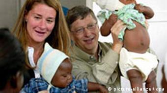 Bill and Melinda Gates mit Babys auf dem Arm (Quelle: dpa)