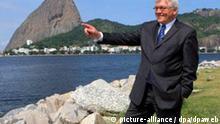 Bundesaußenminister Frank-Walter Steinmeier (SPD) nutzt am Donnerstag (04.05.2006) eine kleine Pause in seinem Programm in Rio de Janeiro für einen kurzen Spaziergang am Strand. Im Hintergrund ist der Zuckerhut, das Wahrzeichen Rios zu sehen. Steinmeier besuchte auf seiner Südamerikareise zuvor Chile und Argentinien. Foto: Tim Brakemeier dpa +++(c) dpa - Report+++