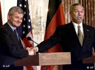 Joschka Fischer (esquerda) aperta a mão de Colin Powell, nos bons tempos, em 2001