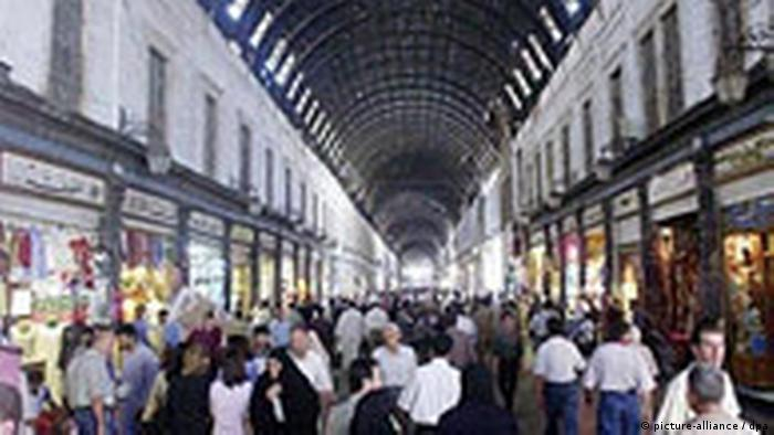 Hamidieh Markthalle in Damaskus in Syrien The Hamidieh market in Damascus pictured on Tuesday, 29 June 2004. The market, with its perforated metal roof, dates back to 1863 A.D. and extends from Bab al-Basr in the west to the Umayyad Mosque in the east. The market is famous for its garmet stalls and traditional industries.. Foto:Youssef Badawi epa dpa
