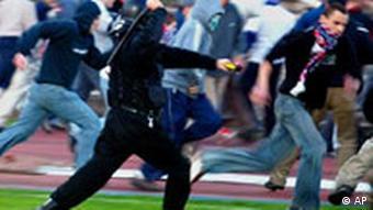 Polnische Hooligans und Polizei in Aktion