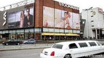 Luxuslimousine vor dem Kaufhaus Stockmann in Riga