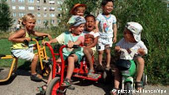 Kinder unterschiedlicher Hautfarbe beim Spielen