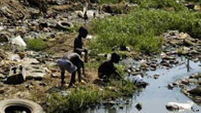 Cholera in Angola - Kinder beim Wasserholen