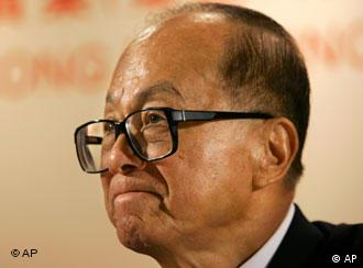Hong Kong tycoon Li Ka-shing, chairman of Hutchison Whampoa Ltd. and Cheung Kong (Holdings) Ltd, looks on during a news conference after an annual general meeting in Hong Kong Thursday, May 18, 2006. (AP Photo/Kin Cheung)