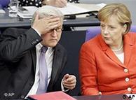 Глава МИД ФРГ Франк-Вальтер Штайнмайер и канцлер Германии Ангела Меркель в бундестаге во время обсуждения закона о повышении НДС (19 мая 2006 года)