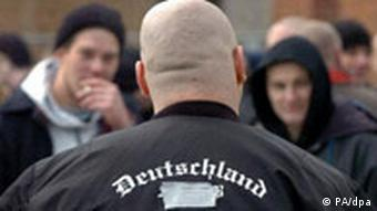 Ein Demonstrant der Rechtsextremisten in Kiel (Foto: dpa)