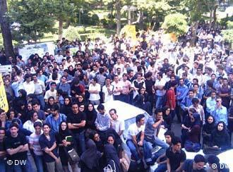 تظاهرات دانشجویان در دانشگاه تهران. شکست حریم دانشگاهها بر دامنه فرار مغزها افزوده است