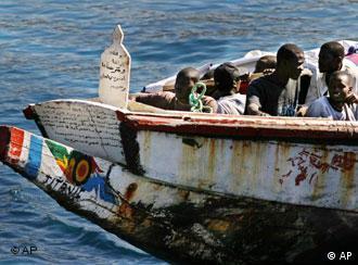 Africanos chegam em pequenas embarcações às Ilhas Canárias, na Espanha
