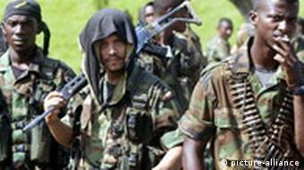 Mehrere schwerbewaffnete Männer (Quelle: dpa)