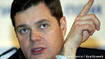 Алексей Мордашов показывает пальцем наверх