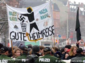 '¡Fuera, nazis!'