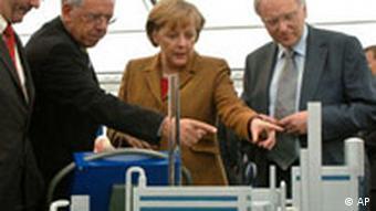 Kanzlerin Merkel, Vattenfall-Manager Josefsson (l.), Rauscher (2.v.l.). Mit dabei, Brandenburgs Ministerpräsident Platzeck (Quelle: AP)