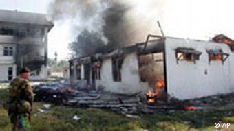 Brennendes Haus in Osttimor (Foto: AP)