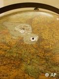 Один из экспонатов выставки - глобус Гитлера