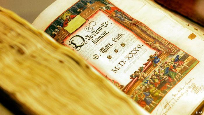 Eine aufgeschlagene historische Bibel von Martin Luther