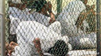 Gefangene beten im Camp Delta (5.4.2006)