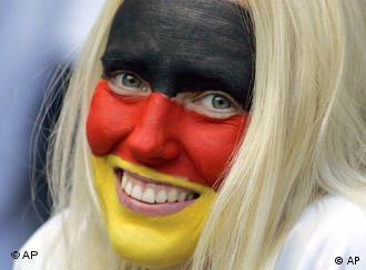 Navijačica s njemačkim bojama na licu se smije