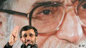 Iran Atomstreit Mahmoud Ahmadinejad Porträt Hintergrund Ajatollah Chamenei
