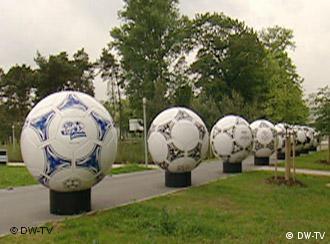 Wo Fußball ist, kann Adidas nicht fern sein