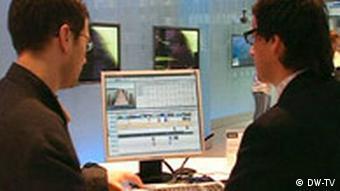 Два человека за компьютером