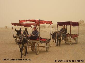 Uigurische Kutschen im Sand der Wüste Taklamakan
